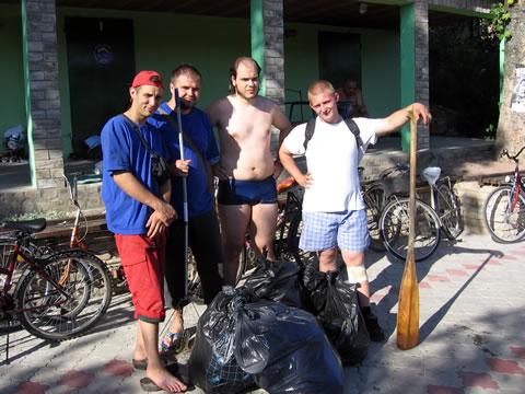 Omladinci sa vrećama punim smeća sakupljenog na kanalu